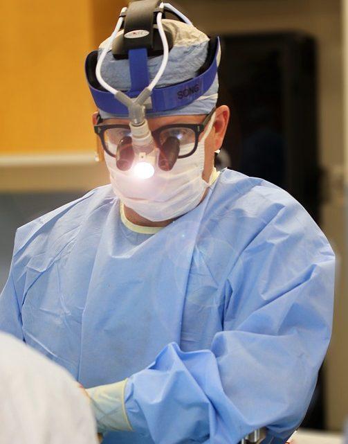 Le chirurgien, son rôle dans la vie des patients et à l'hopital